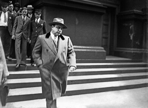 O Al Capone κατά την έξοδό του από...