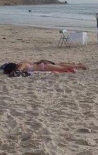 Australien: Frau sonnt sich am Strand – sie hätte darauf achten sollen, was im Hintergrund