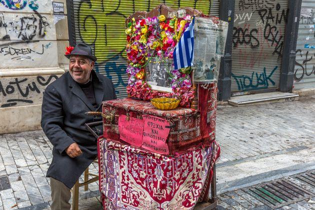Human Zoo: Οι ταλαίπωροι Έλληνες ως τουριστικό