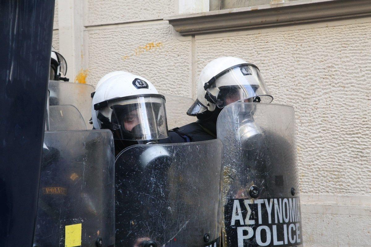 Επεισόδια μεταξύ οπαδών του Ολυμπιακού και ΜΑΤ έξω από ξενοδοχείο που θα μιλούσε ο
