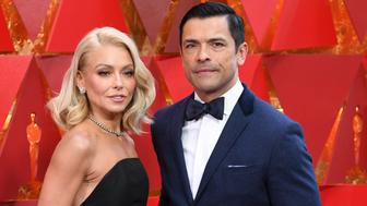 US actress Kelly Ripa (L) and her husband Mark Consuelos arrive for the 90th Annual Academy Awards on March 4, 2018, in Hollywood, California.  / AFP PHOTO / ANGELA WEISS        (Photo credit should read ANGELA WEISS/AFP/Getty Images)
