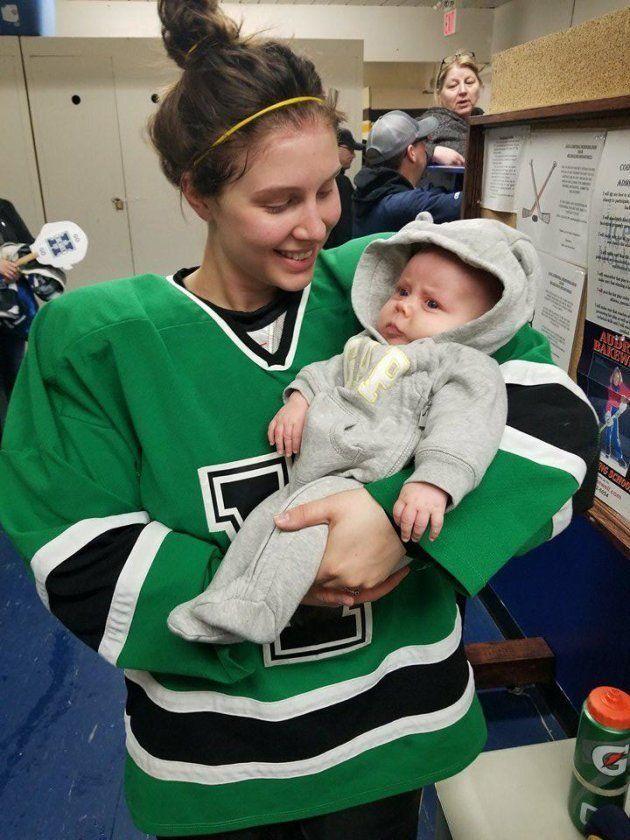 아이스하키 선수 엄마는 락커룸에서 아기에게 젖을
