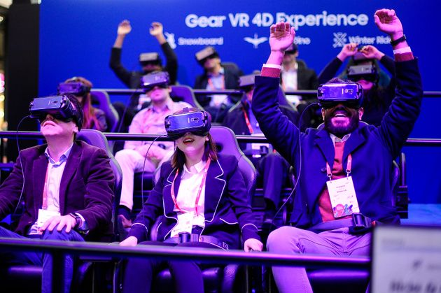 Les participants au MWC à Barcelone , profitant de l'expérience Samsung Gear VR