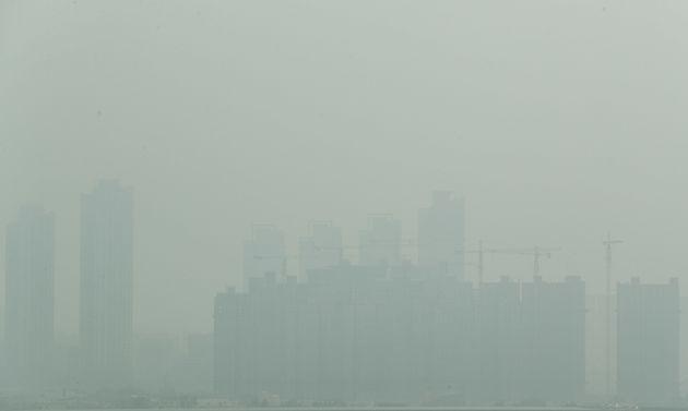 29일 오후 인천시 서구 경인아라뱃길 아라타워 전망대에서 바라본 인천 일대. 미세먼지와 더불어 중국발 황사의 영향으로 뿌옇게
