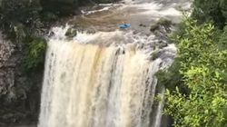 Ce kayakiste a défié la mort pour descendre une cascade de 25 mètres de