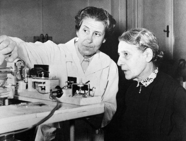 Lise Meitner (rechts) mit der Leiterin des österreichischen Radiuminstituts