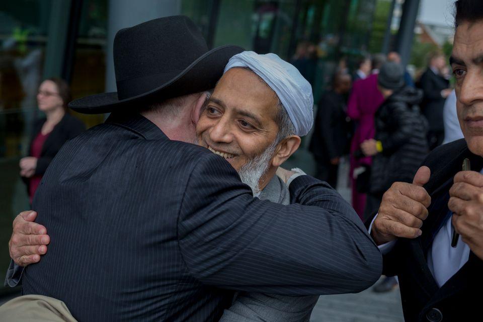 Zwei Tage nach dem Terroranschlag auf der London Bridge im Juni 2017 umarmen sich Menschen verschiedener