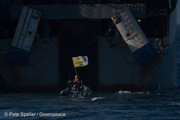 남극해 크릴 어선 앞에서 '남극보호'가 적힌 배너를 들고 시위하는 그린피스