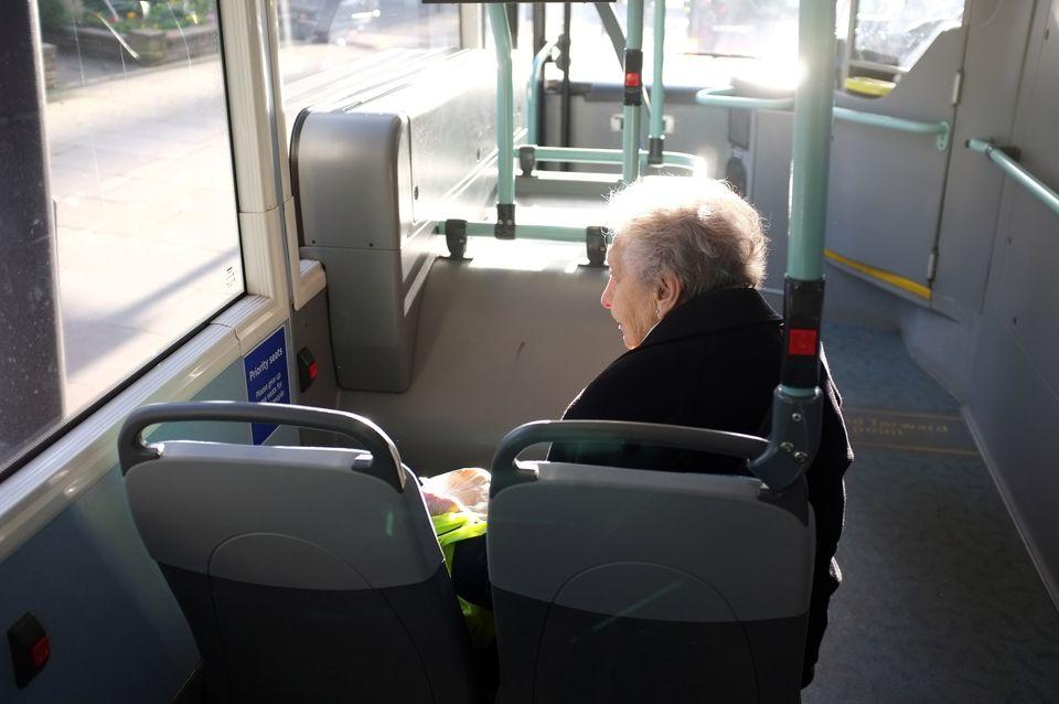 Ältere Frau sitzt allein in einem Londoner Bus. Die Briten haben nun ein eigenes Ministerium für