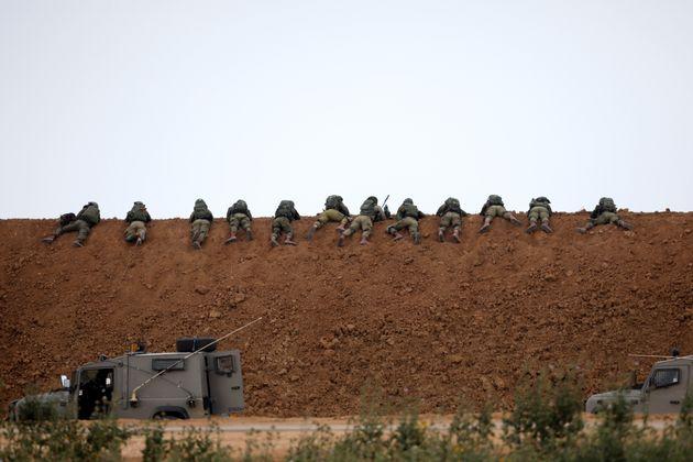 Des soldats israéliens positionnés près de la frontière entre Israël...