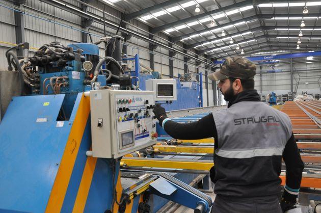 Un employé de Strugal Algérie, filiale du groupe Hasnaoui, au travail, le 28 mars