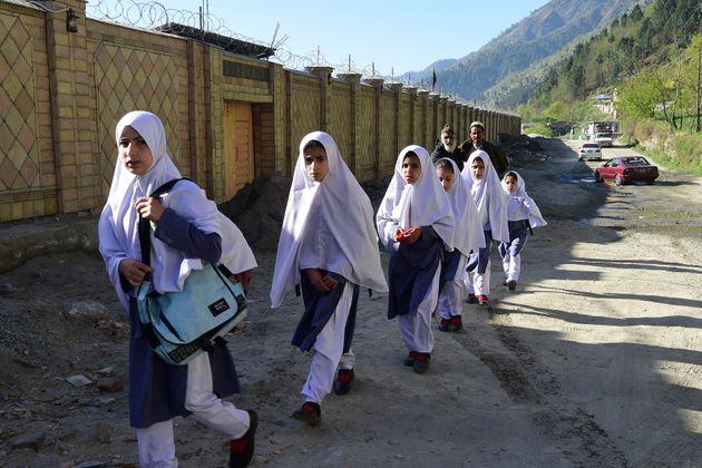Des élèves arrivent à l'école Khpal Kor Model, construiteavec l'argent...