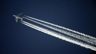 A Singapore Airlines Airbus A380 leaves contrails over the sky above Adelaide, Australia, November 27, 2016.     REUTERS/Jason Reed     TPX IMAGES OF THE DAY