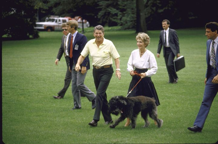 The Reagans return from Camp David with Lucky in 1985.