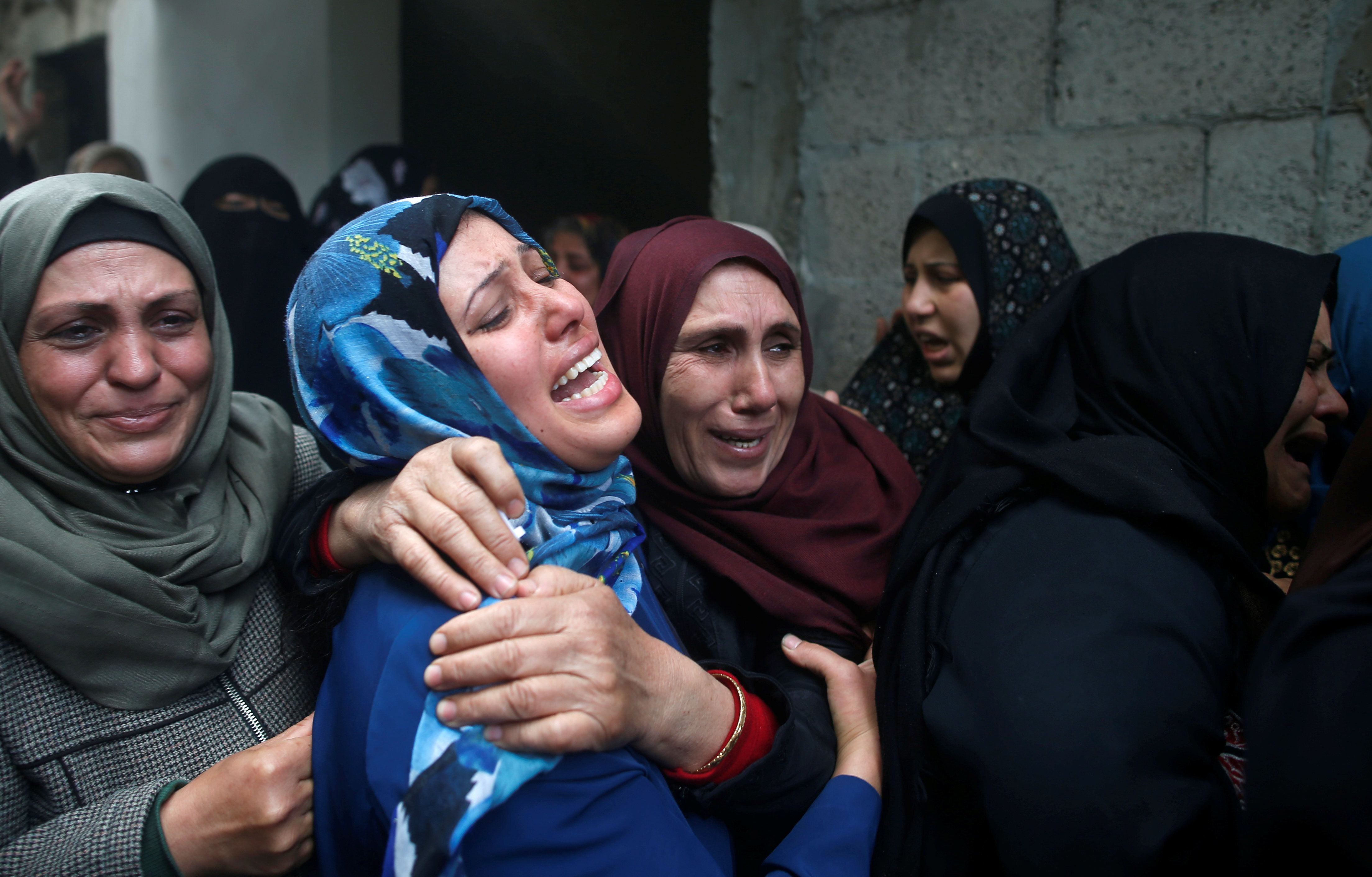Relatives of Palestinian Hamdan Abu Amshah, who was killed along Israel border with Gaza, mourn during his funeral in Beit Hanoun town, in the northern Gaza Strip March 31, 2018. REUTERS/Suhaib Salem