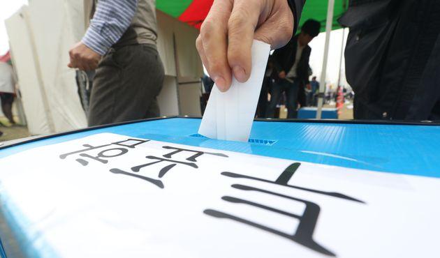 금호타이어 노조 조합원이 1일 오전 금호타이어 광주공장 대운동장에서 금호타이어 해외매각 찬반투표에 참여해 투표용지를 투표함에 넣고