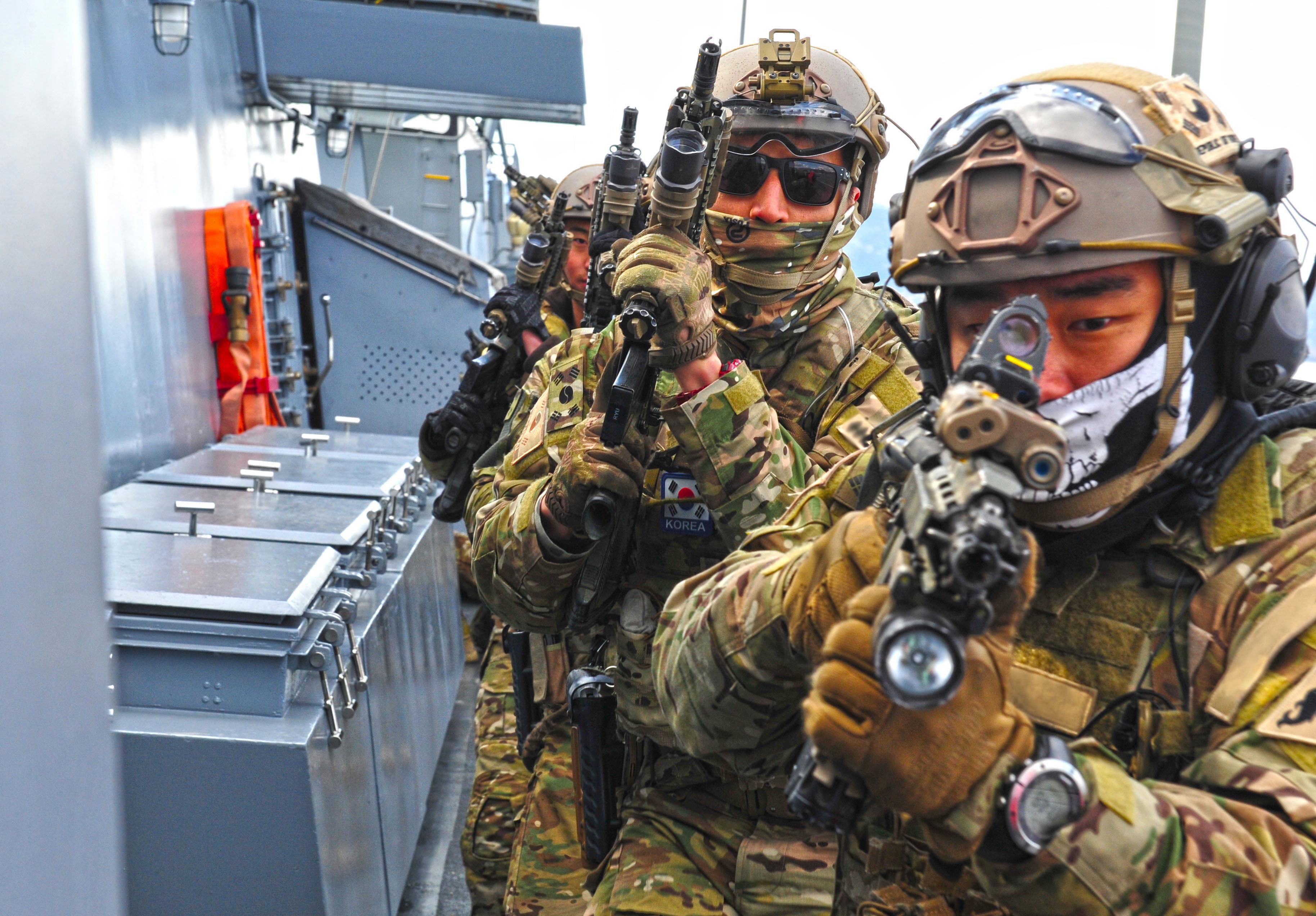 청해부대 23진 소속 해군 특수전전단(UDT/SEAL) 대원들이 피랍선박 대응작전을 수행하고