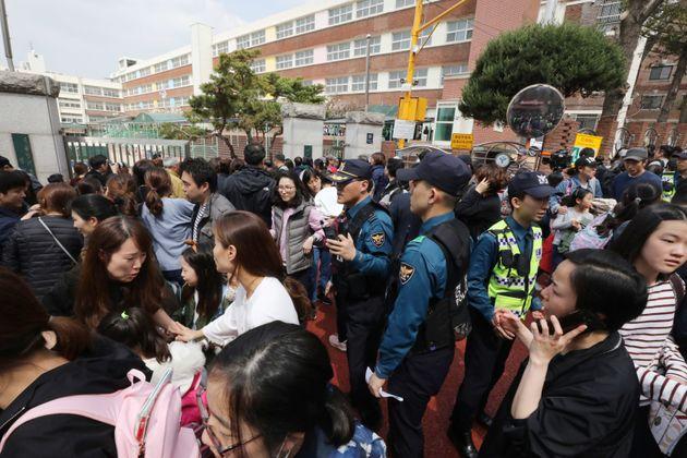 2일 20대 남성이 인질극을 벌였던 서울 서초구 방배초등학교 학생들이 하교하고 있다. 뉴스 속보를 듣고 달려온 학부모들이 교문 앞에서 전화통화를 하거나 아이들을 집으로 데려가고