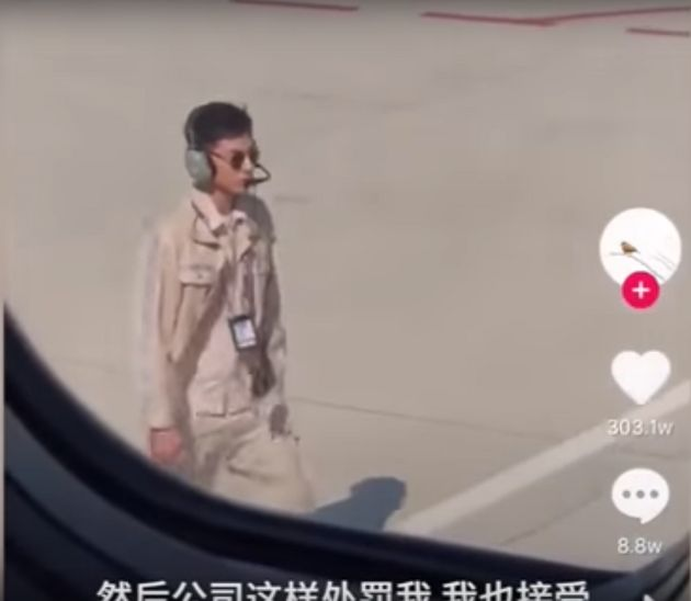 너무 잘생긴 중국 공항 직원이 유명해진 탓에 월급이