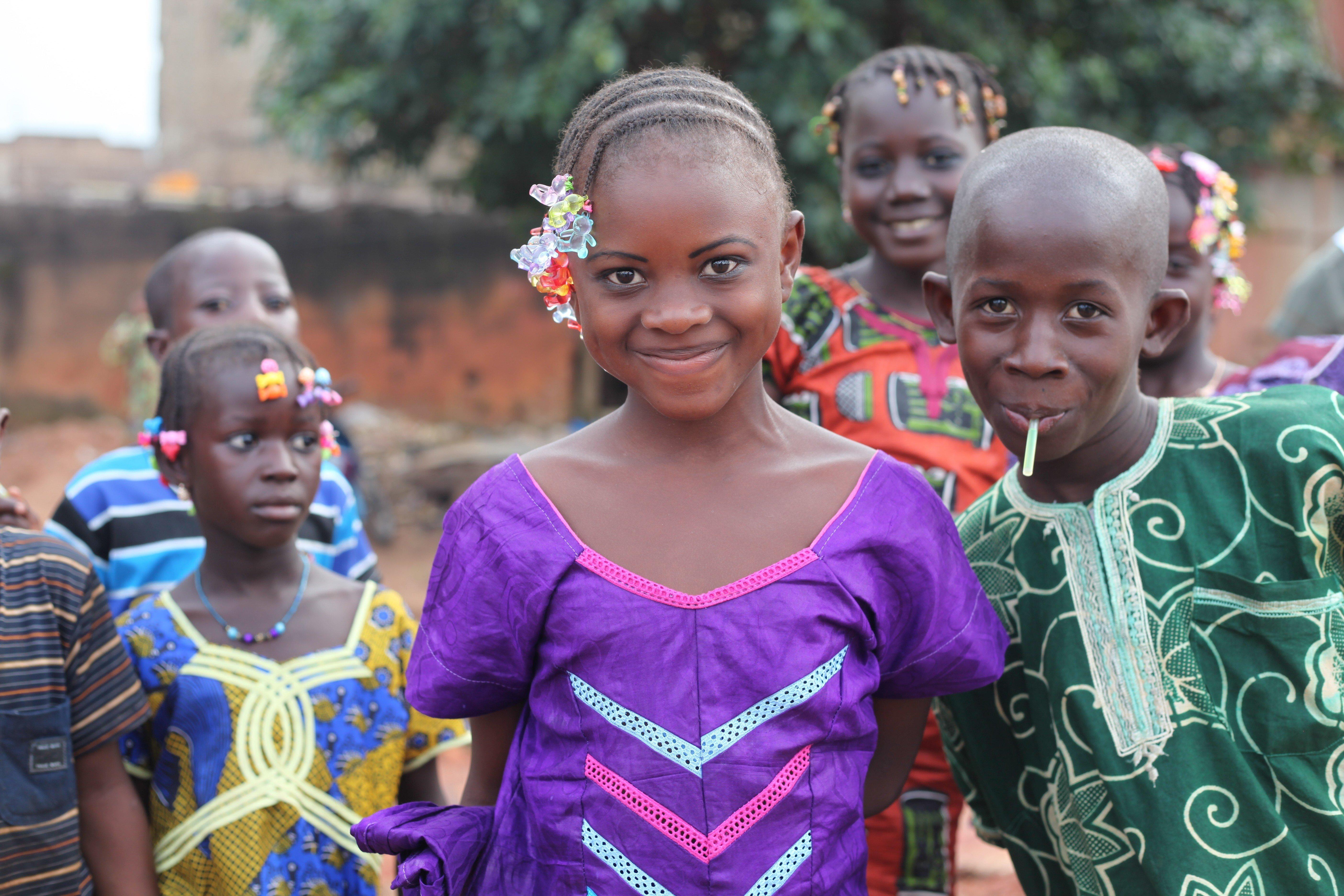 A Djenne au nord du Mali, des enfants maliens posent en souriant pour une