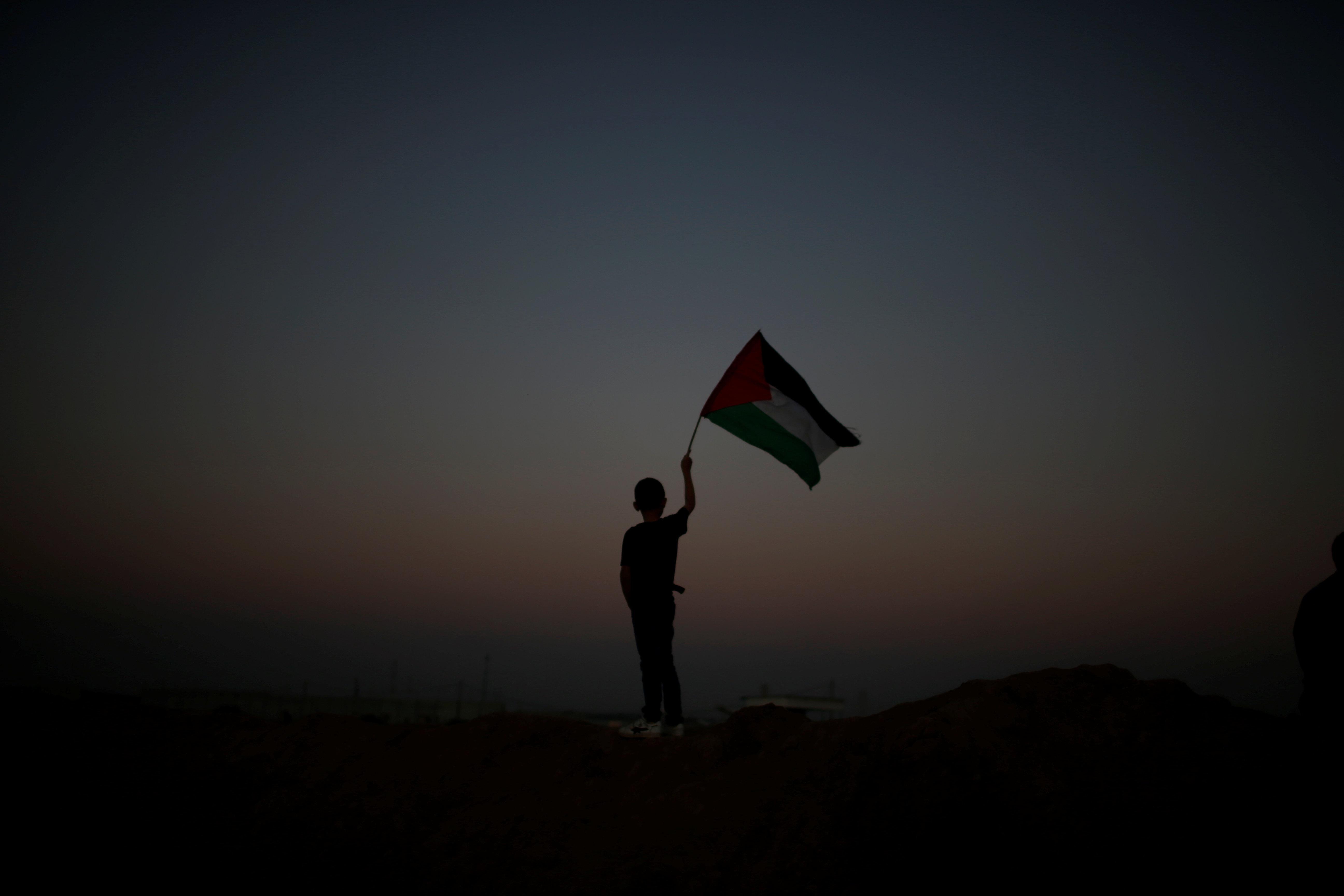 Gaza le 1er avril 2018, un enfant porte le drapeau palestinien lors d'une manifestation pour le droit...