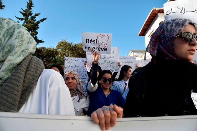 Des résidents en chirurgie dentaire lors d'un sit-in à l'hopital Mustapha Pacha à...