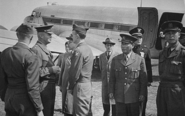 4·3 대책을 논의하기 위해 역사적인 인물들이 1948년 5월5일 제주를 찾았다. 윌리엄 딘 주한미군정장관이 제임스 맨스필드 59군정중대 중령과 대화하고 있다. 그 옆으로...