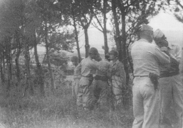 경비대원 3명이 1948년 8월3일 오후 제주시의 한 근교에서 내란죄와 탈영죄 등을 이유로 총살되기 직전의 모습이다. 옆에는 미군 장교 2명이