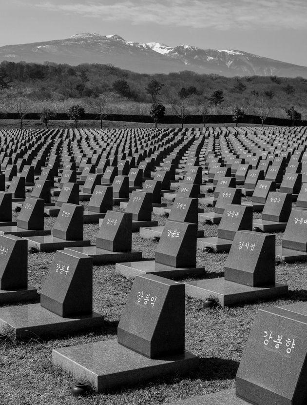 제주도 제주시 4·3평화공원에 설치된 행방불명인 표석의 전경. 4·3 희생자 가운데 주검을 찾지 못한 3806명을 위해 개인 표석을