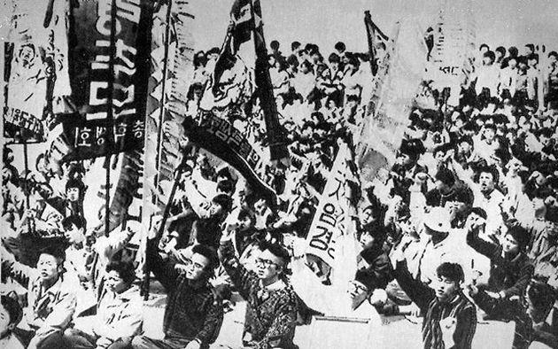 1988년 4월 열린 '4·3 추모제 및 진상규명 촉구대회'에서 제주 지역 대학생들이 구호를 외치고