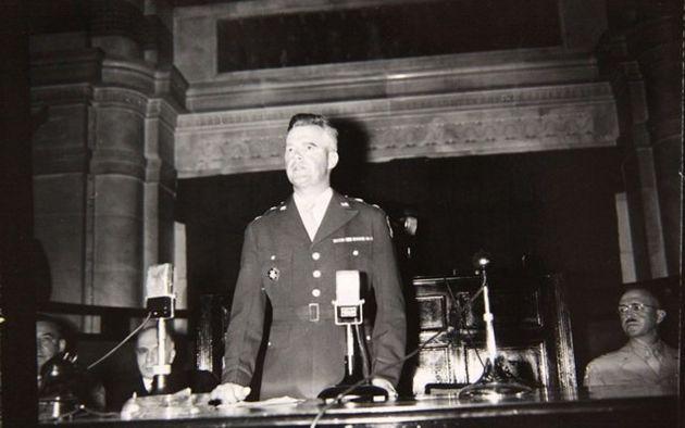 윌리엄 하지 미 군정장관이 1948년 5·10 총선거구성된 제헌의회 개원식(5월31일)에서 연설하고