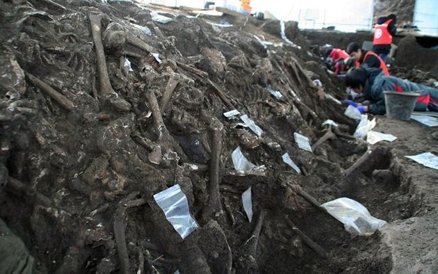 '제주4·3' 희생자들의 유해 발굴 현장을 찾은 이들은 켜켜이 쌓인 죽음 앞에 저마다 고개를 떨군 채 말을