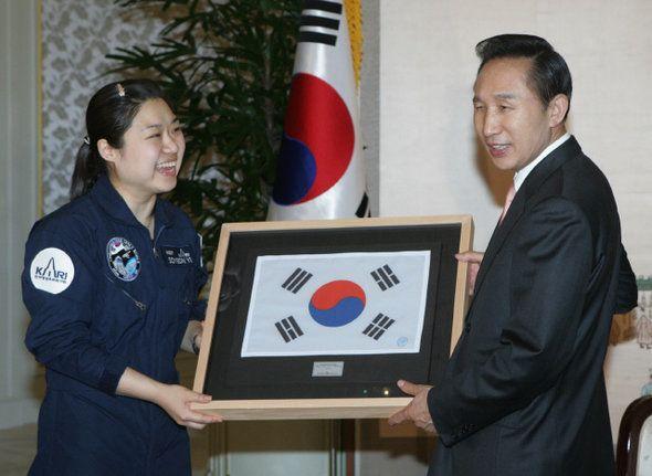 이명박 전 대통령이 2008년 5월 14일 오후 청와대에서 한국 최초 우주인 이소연씨를 만나, 소유스호에 탑승해 우주로 가져갔던 태극기를 선물받고
