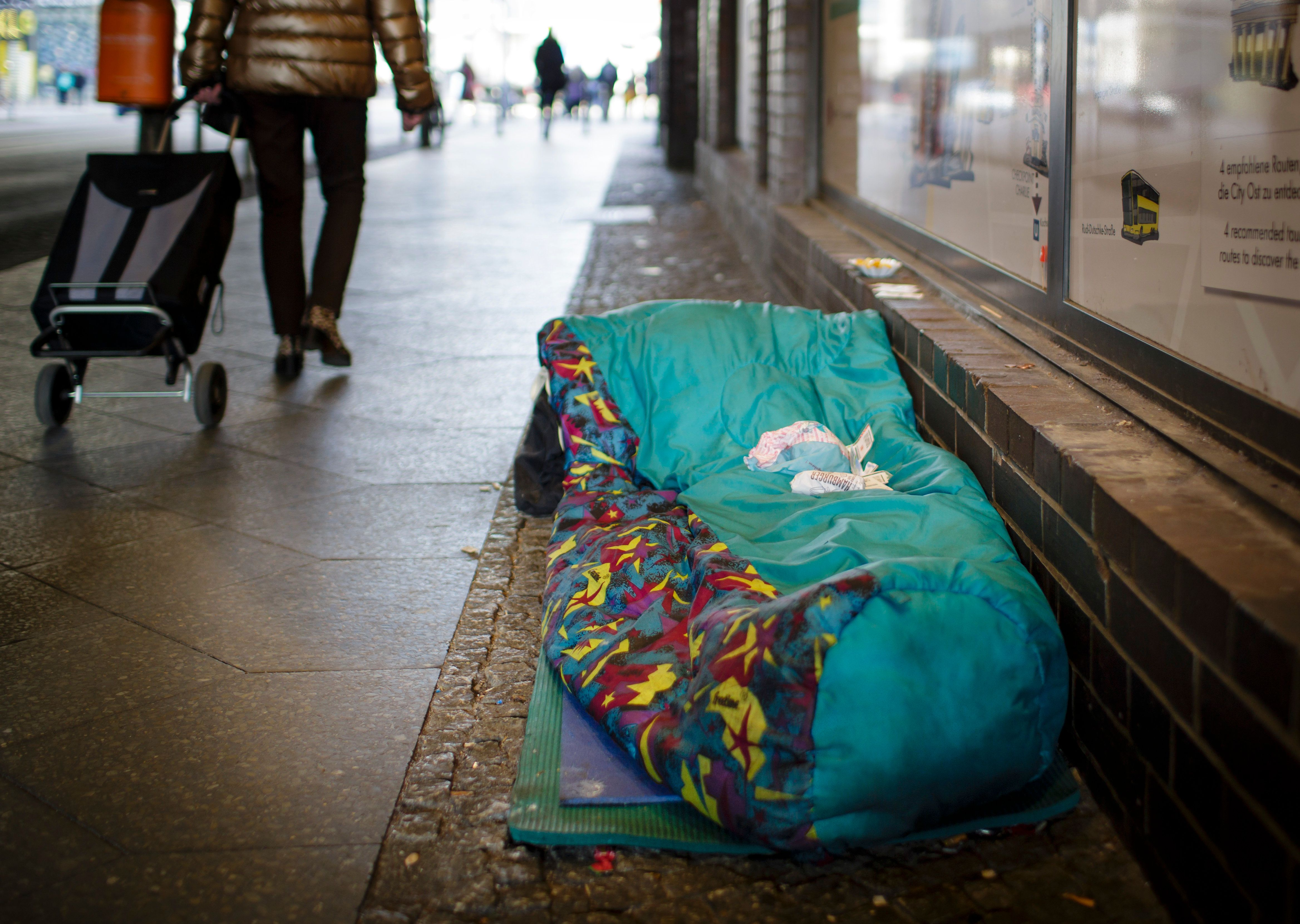 Dutzende Obdachlose fanden endlich eine Wohnung: Doch ein Immobilienhai macht jetzt alles