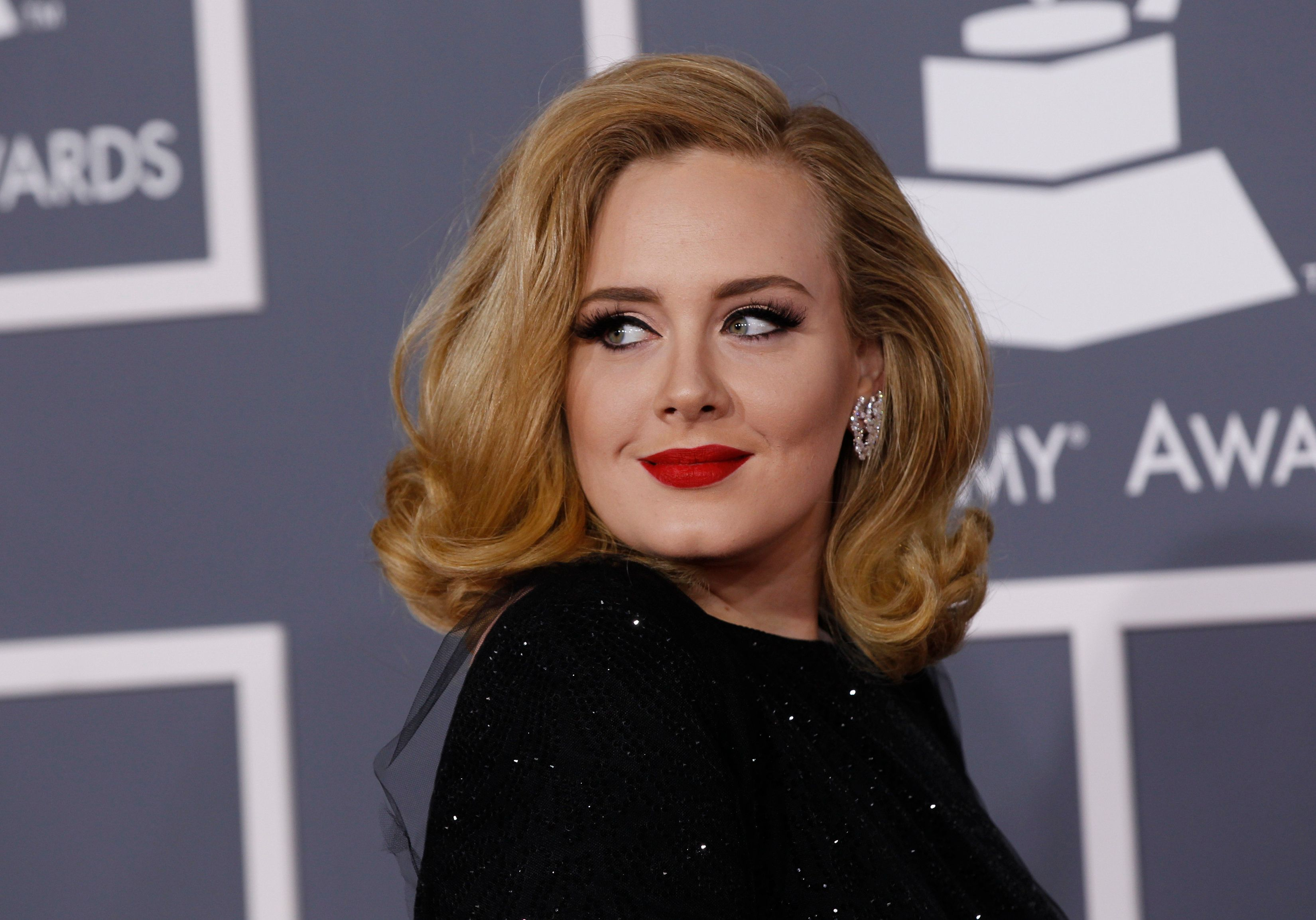 Singer Adele poses as she arrives at the 54th annual Grammy Awards in Los Angeles, California, February 12, 2012.  REUTERS/Danny Moloshok   (UNITED STATES) (GRAMMYS-ARRIVALS)