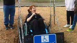 태어나 처음 '휠체어 그네'를 타 본 아이의