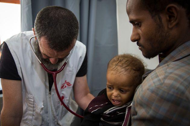 예멘 하이단의 국경없는의사회 병원에서 폐렴 및 영양실조 환자를 치료하고 있는 국경없는의사회