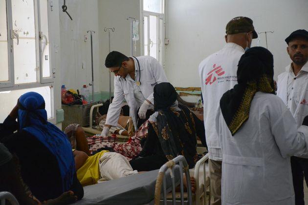 지난 6월, 예멘 콜레라 확산으로 긴급 대응에 나선 국경없는의사회 팀. 아덴의 콜레라 치료 센터에서 환자들을 돌보고 있는