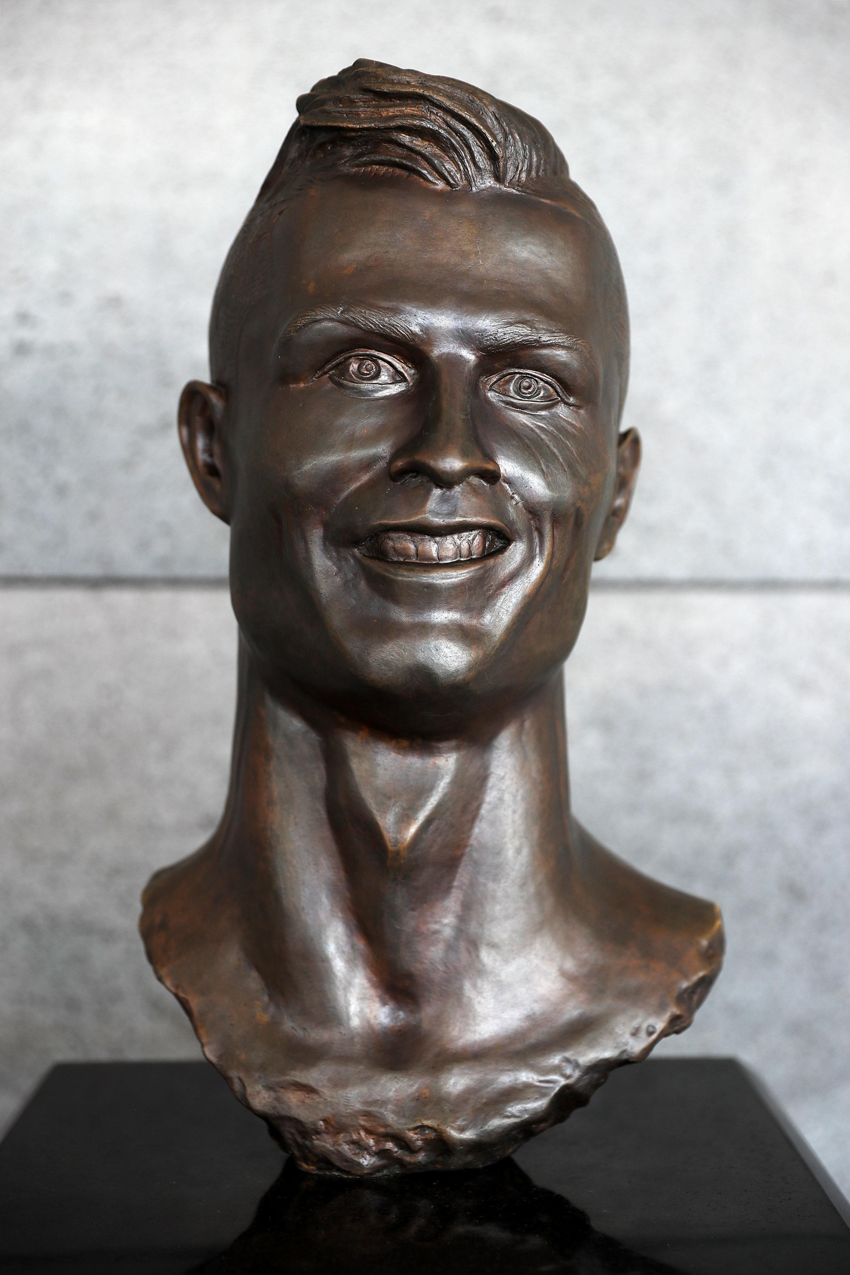 Δεύτερη ευκαιρία για τον γλύπτη της διάσημης προτομής του Ronaldo - έφτιαξε νέο (καλύτερο)