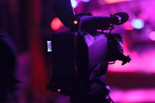 화려한 카메라 뒤에서 일하는 여성 제작진들은 성희롱이 일상이나 마찬가지라고