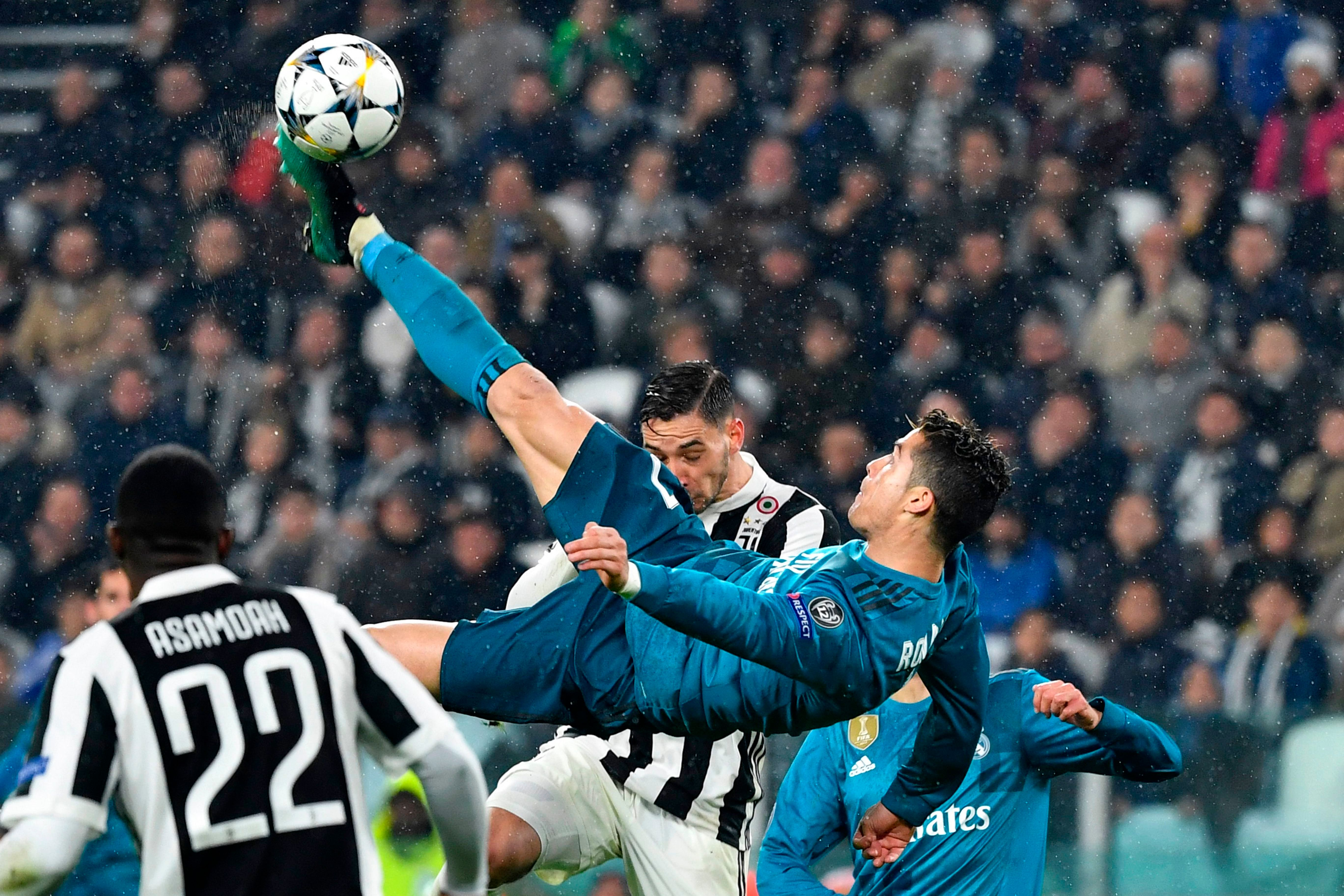 Real Madrid's Portuguese forward Cristiano Ronaldo (C) overhead kicks and scores during the UEFA Champions League quarter-final first leg football match between Juventus and Real Madrid at the Allianz Stadium in Turin on April 3, 2018. / AFP PHOTO / Alberto PIZZOLI        (Photo credit should read ALBERTO PIZZOLI/AFP/Getty Images)