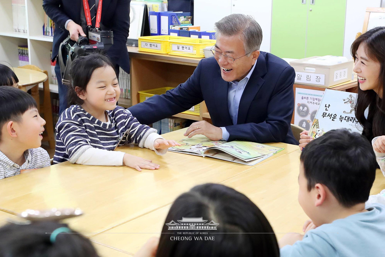 문재인 대통령이 초등학생한테 100원을 선물로