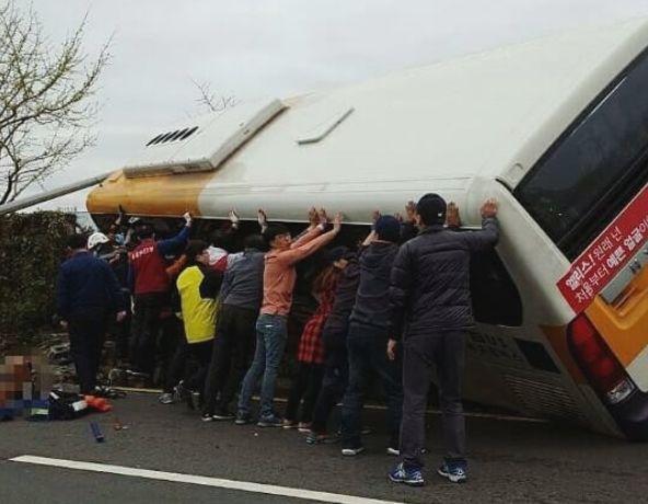 사고로 기울어진 버스를 시민들이 손으로