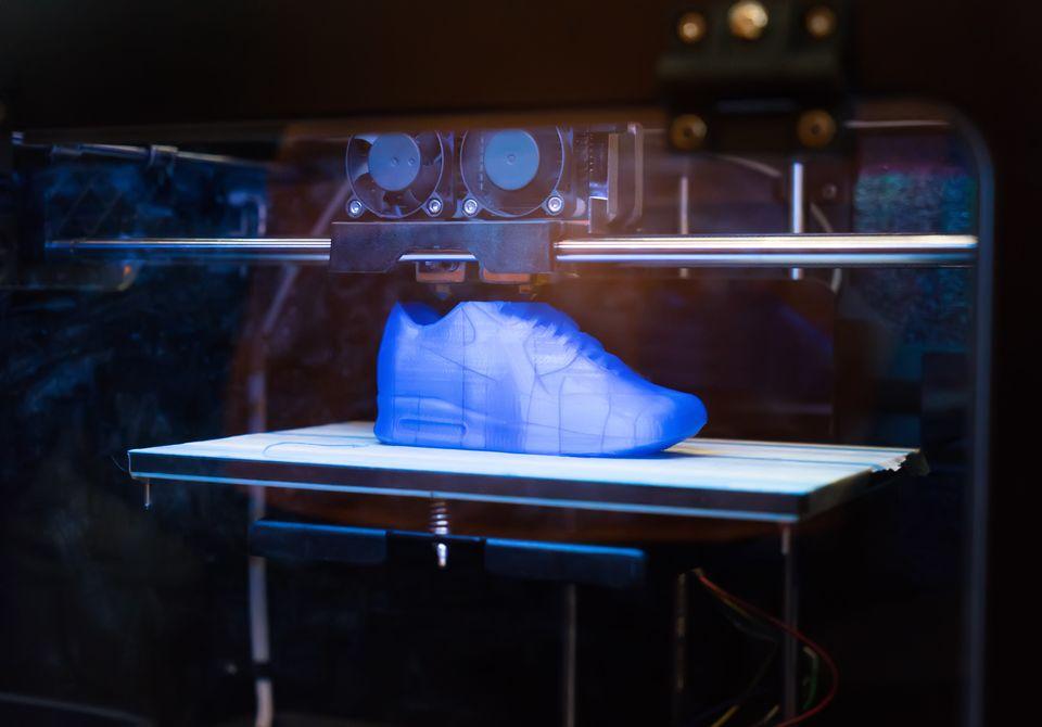 Ein Sneaker wird in einem 3D-Drucker