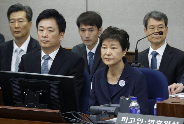 박근혜가 재판 불출석 사유서를 팩스로 법원에