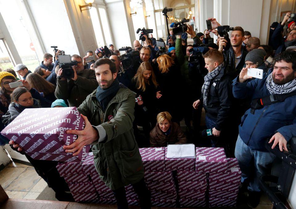 Übergabe der über 260.000 gesammelten Unterschriften gegen Budapests Olympia-Bewerbung im Februar