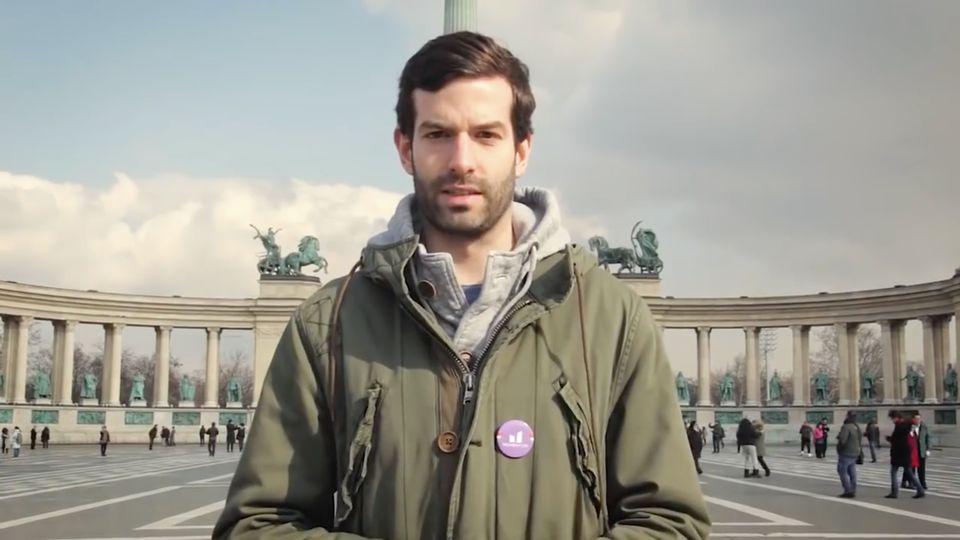 In einem Wahlwerbespot der Momentum Bewegungspricht András Fekete-Győr auf dem symbolträchtigen...
