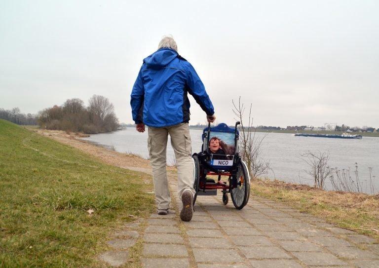 Protest gegen Spahn: Vater schiebt Rollstuhl über 300 Kilometer nach Berlin