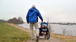 Protest gegen Spahn: Vater schiebt Rollstuhl über 300 Kilometer nach