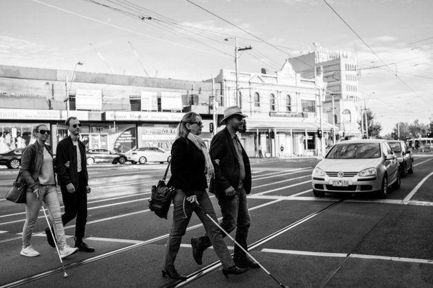 Agnew (links) überquert Arm in Arm mit ihrem Bruder eine Straße.Ein Stück weit vor ihnen...